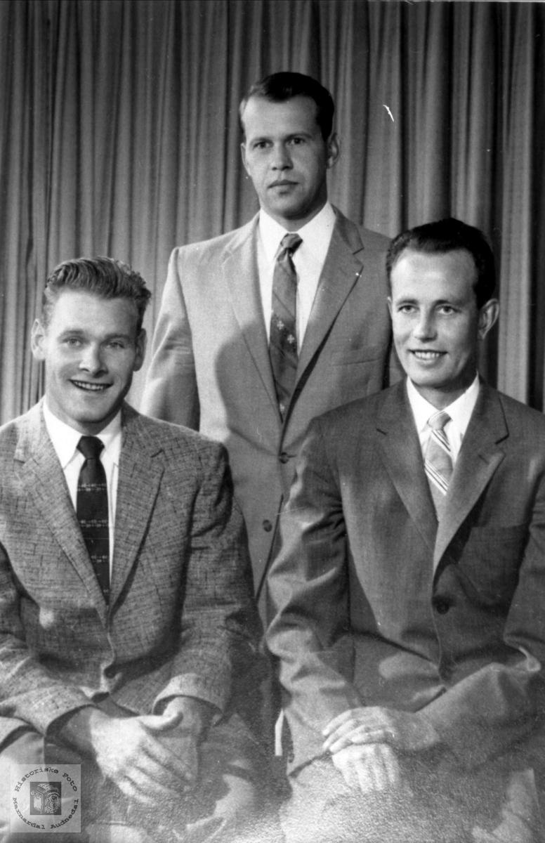 Portrett av 3 gode kamerater fra Bjelland i Amerika.