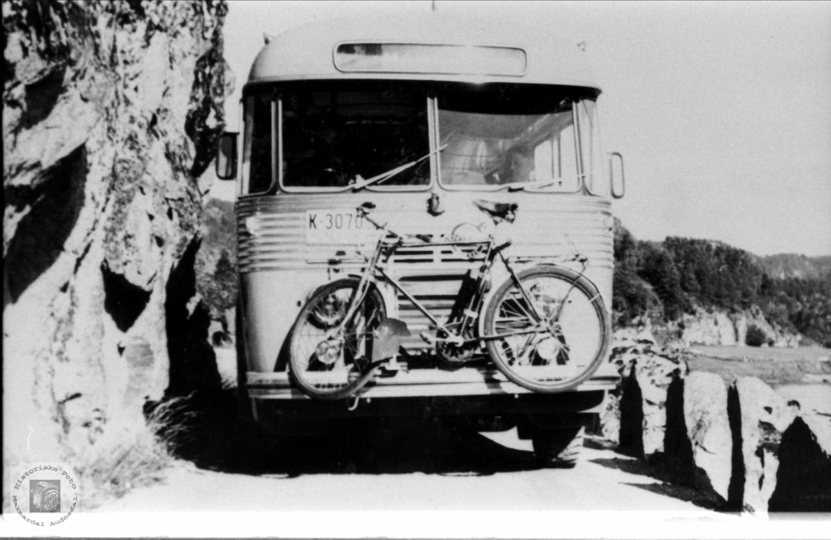 Bussen i svingene utenfor Øyslebø. Melding fra bruker, juni 2016: K-3070 1955-modell Volvo, rutebuss som ble innkjøpt av Sørlandsruta, Mandal. Bussens karosseri er bygd hos T. Knudsen Karosserifabrikk i Kristiansand.