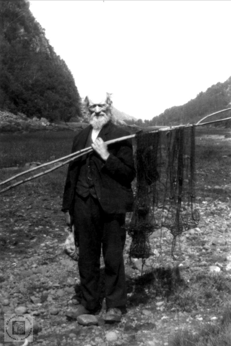 Andreas P. Nome med fiskegarn, Øyslebø.
