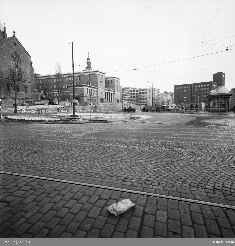 gateløp, Trefoldighetskirken, Deichmanske bibliotek, kontorbygninger, Hovedbrannstasjonen, biler, brostein