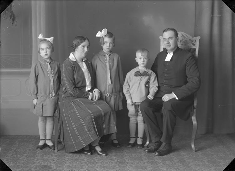 """Enligt fotografens anteckningar: """"Prosten W. Wallin senast i Svarteborg. Före denna tiden, adjunkt i Foss församling omkring år 1924 till senare tid""""."""