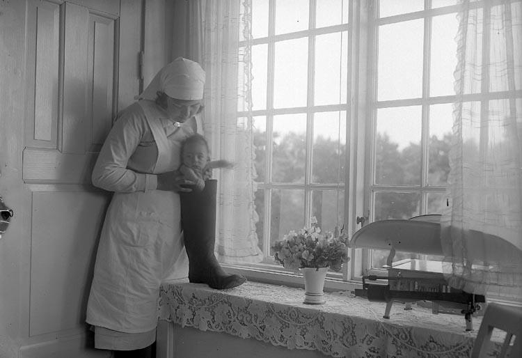 """Enligt fotografens journal nr 6 1930-1943: """"Aspegren, sköterskan med barnet""""."""