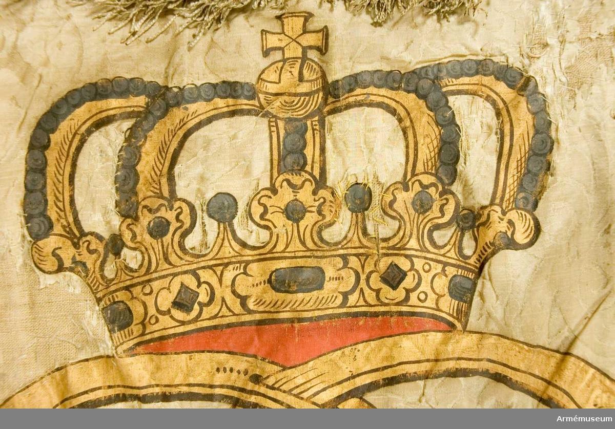 Duk: tillverkad av dubbel, vit sidendamast. Mönsterrapport, höjden omätbar. Foder av linnelärft. Vådbredden är eventuellt densamma som höjden. Duken fäst med fyra rader tennlickor på vita, mönstervävda band.  Dekor: Målad lika på båda sidor, dubbelt C i rödskuggat guld, krönt av sluten krona i guld. Fodrad med rött samt med pärlor i silver på kronbyglarna. Frans, dubbel, av vitt silke.  Stång: Tillverkad av gråmålad furu. Kannelerad. Löpande bärring.  Holk av mässing.