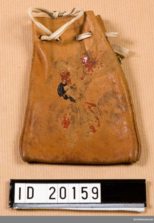 """Skriven text på läderfodralet: """"(oläsbart)... erhållit vid Elfsborgs regemente (olästbart) Borås""""."""
