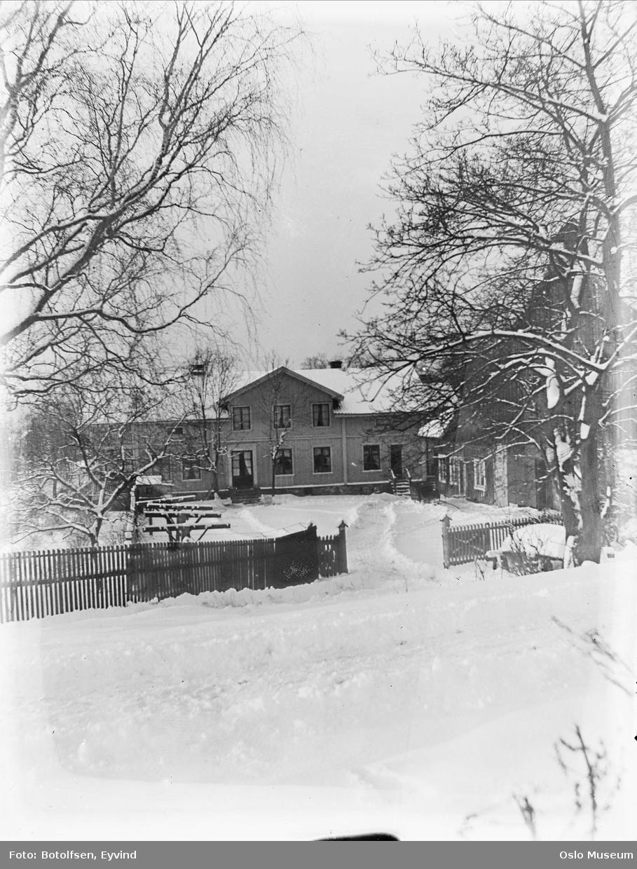 Lilleaker gård, tun, gjerde, port, bolighus, uthus, snø