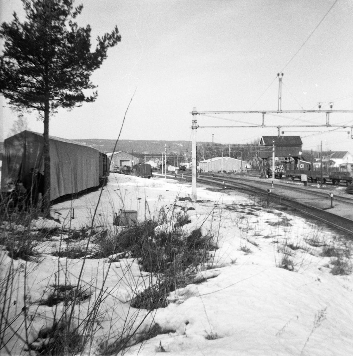 Oversiktsbilde fra Sørumsand stasjon. Urskog-Hølandsbanens lokomotiver under pressenning.