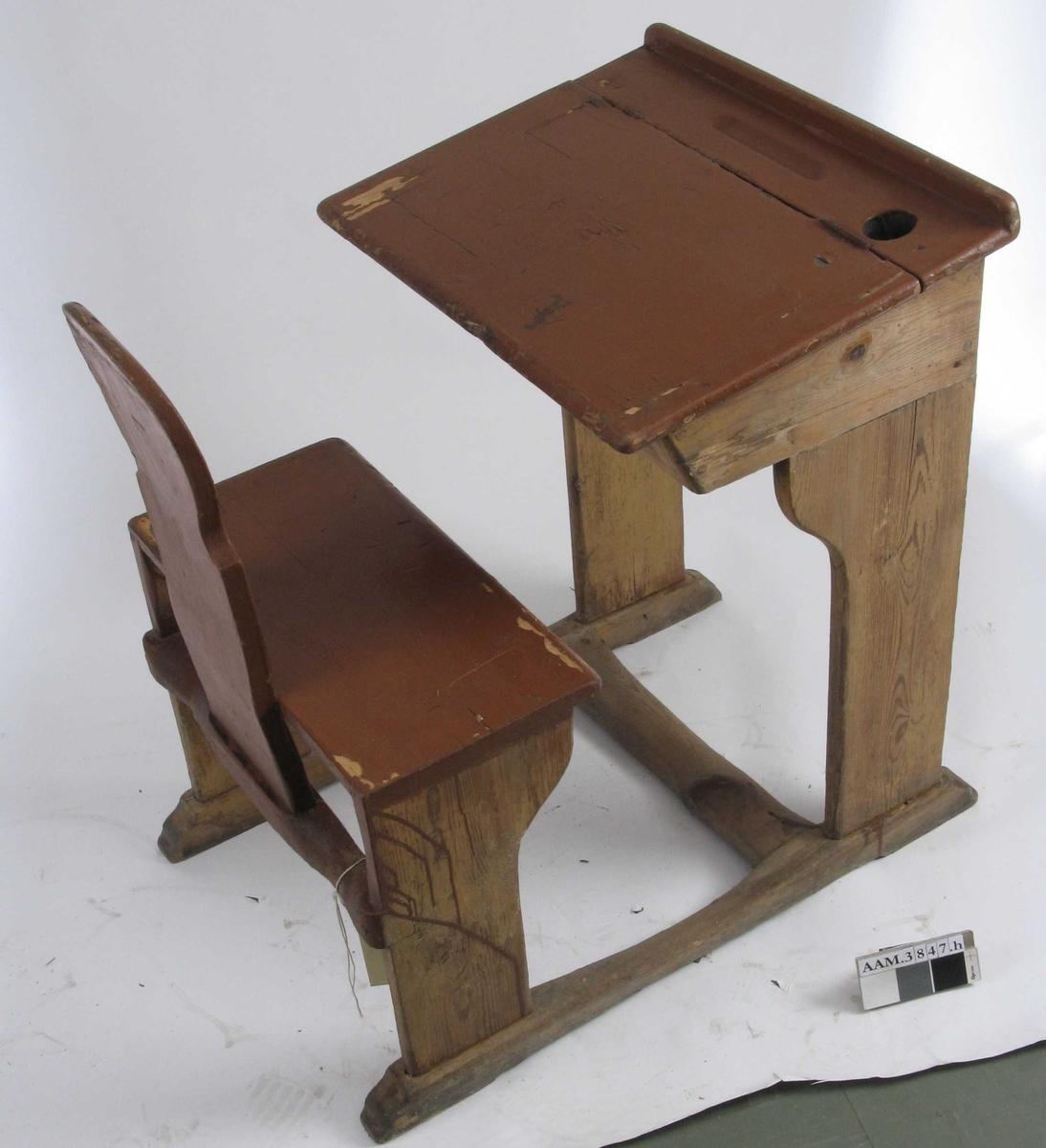 Form: Vanger m. pult og stol i ett. Rom for oppbevaring under plata. Dels umalte sider, dels ådring. TN har 2008 reparert med ny hjørnekloss .
