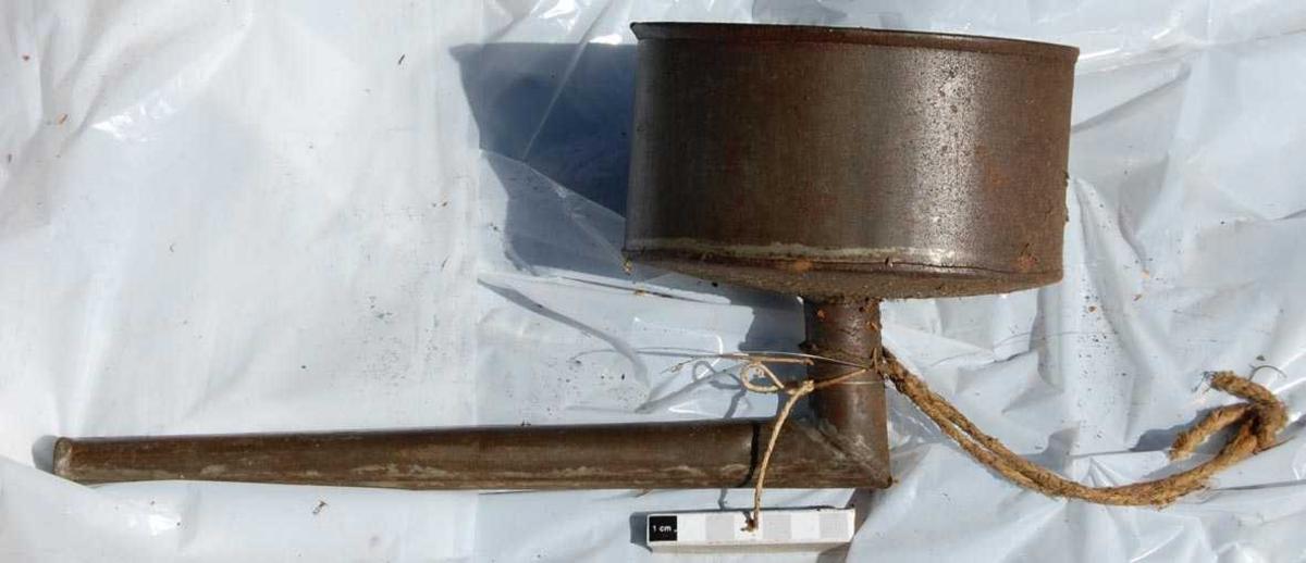 Form: Oval sylinder, vinkelrett rør ut av bunn.
