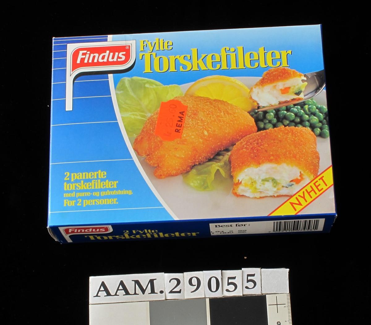 På forsiden gyllenstekte fiskestykkerr med sitron, erter og salat på hvitt fat mot blå bakgrunn. På baksiden midre bilde med fiskestykker, ris og grønnsaker på hvit talllerken.mot blå bakgrunn.