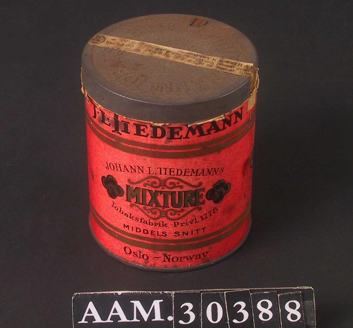 Form: Sylinderformet boks med lokk.