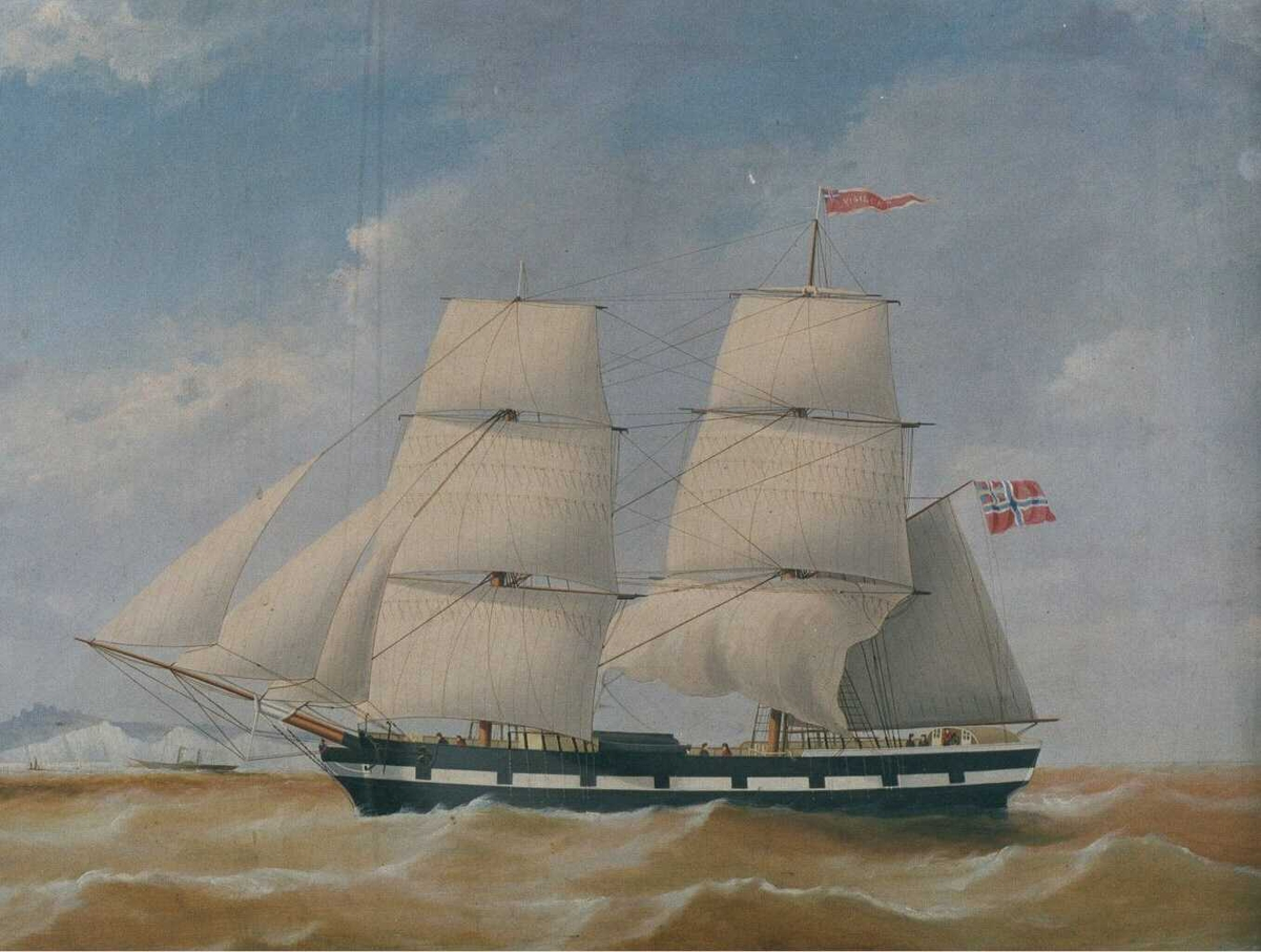 """Brigg """"Vigilant""""  for fulle seil mot venstre, fører norsk rød vimpel m. hvit kant, navnet med hvitt. Sort skrog m. kanonporter. I bakgr. t. v. skipet sett aktenfra."""