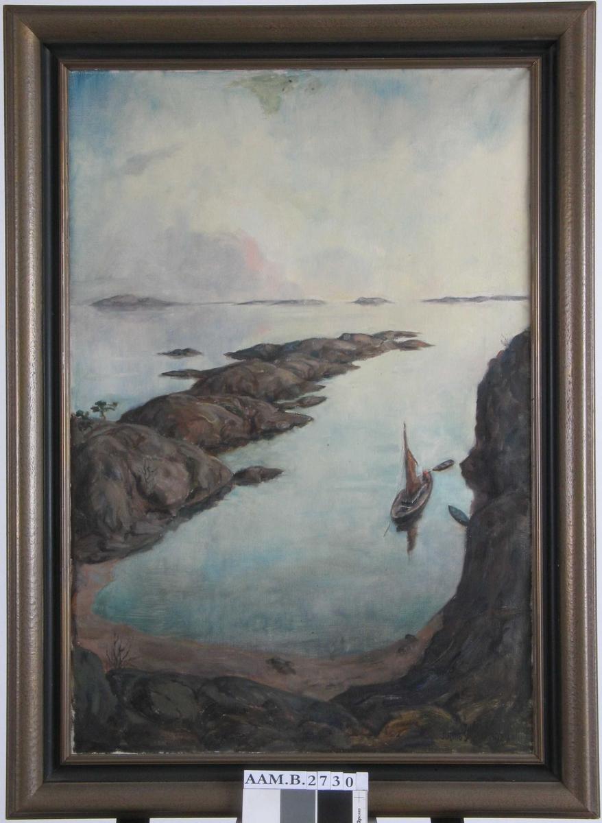 Kystlandskap. En vik med en seilebåt,  en lang tange utover fra venstre og innover i bildet. Holmer i horisonten.