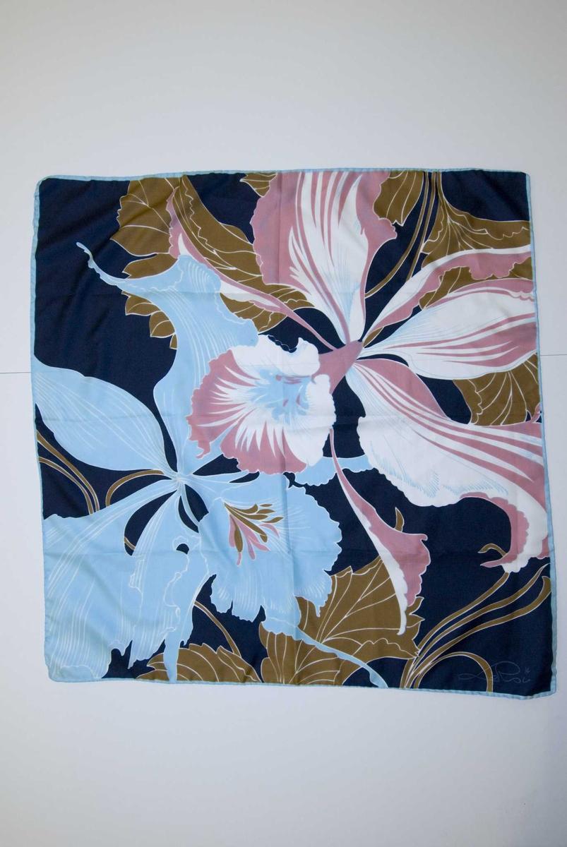 Tørkle, lyseblått med polykromt blomstermønster