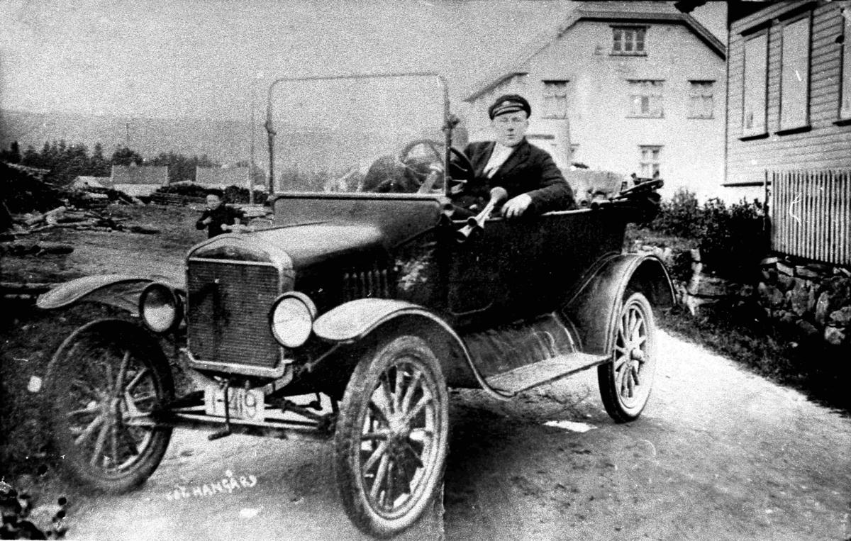 Bilder fra Birkenes kommune Bil med sjåfør (Ivar E. Stave skriver) Ford T årsmodell 1920-22. I Bilboken for Norge 1922 og -25 står I-419 på Bendiks J. Haaberland, Birkenes som Ford personbil, i -27-utgaven på Thorvald Rislaa, Birkenes, som Ford drosje. I 1930 var nummeret ute av bruk.