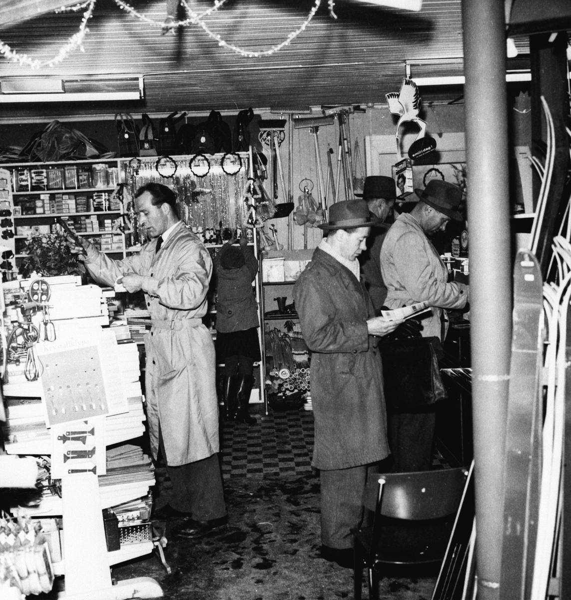 Kolbotn jernvare og farge i det gamle huset. Interiør, ansatte og kunder blant vareutvalget.