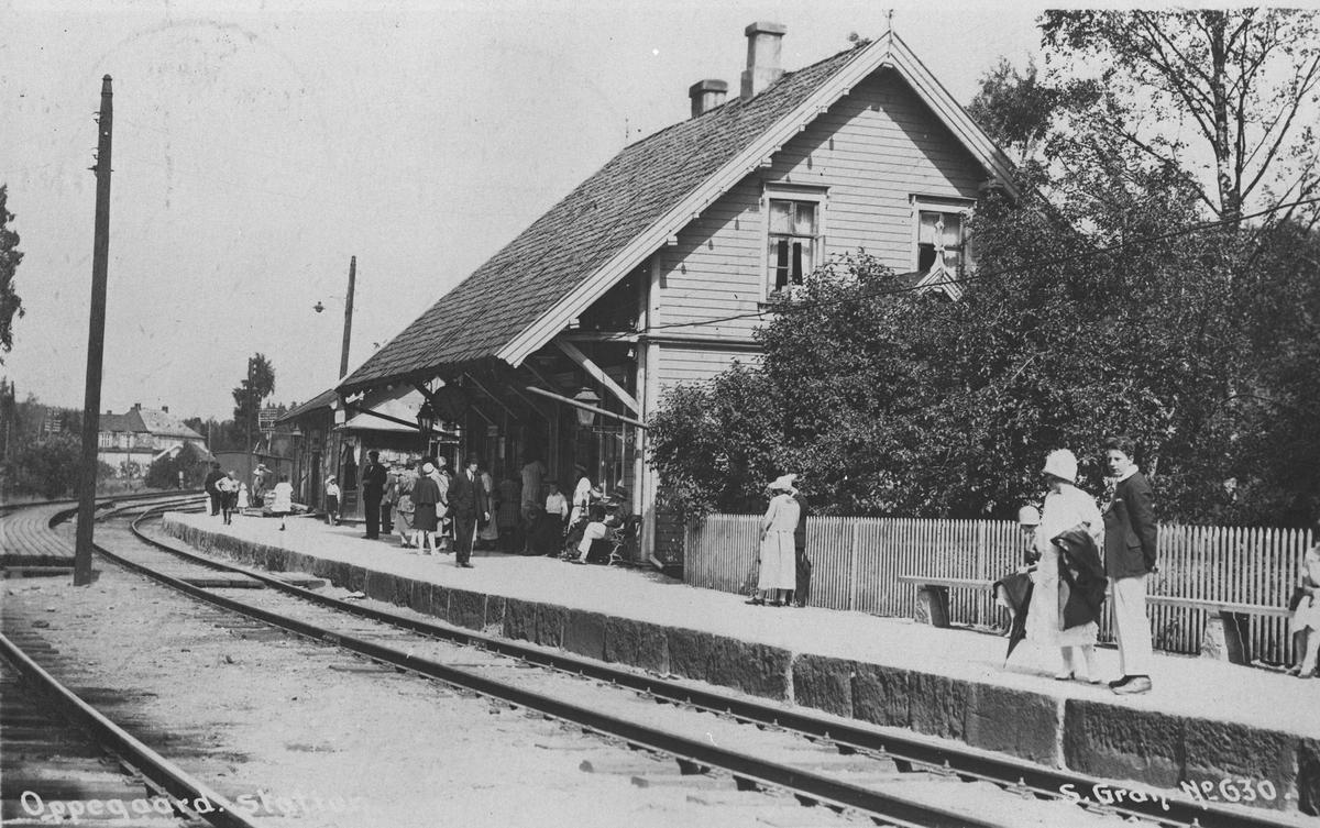 Oppegård stasjon med ventende passasjerer