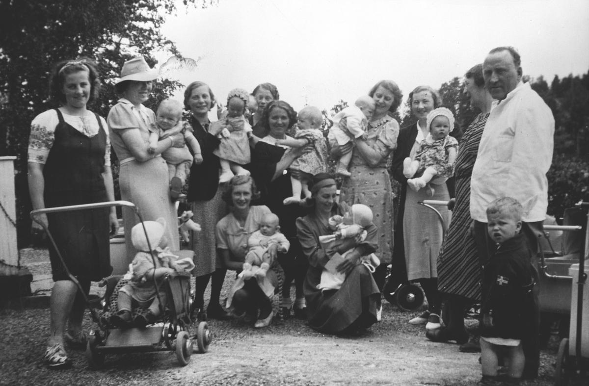 Barnekontroll-Sanitetsforeningen. Mange mødre med barn.