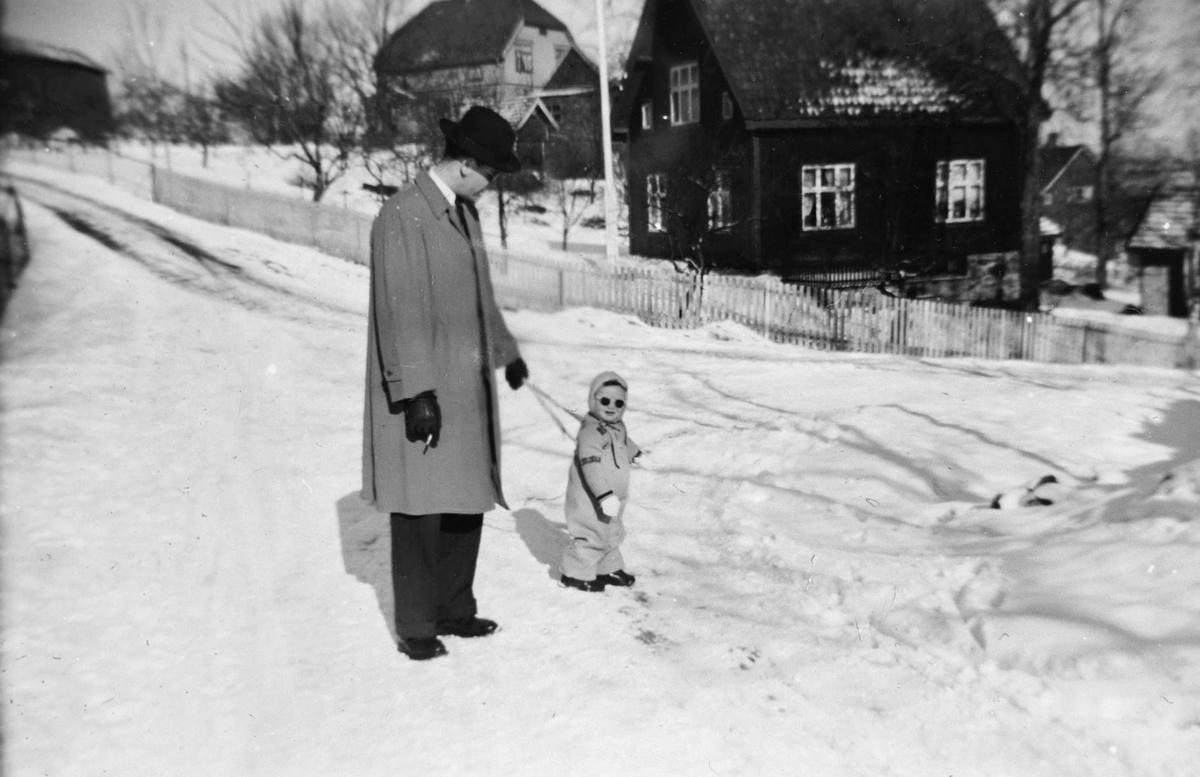 Far og datter på søndagstur i Runiveien.
