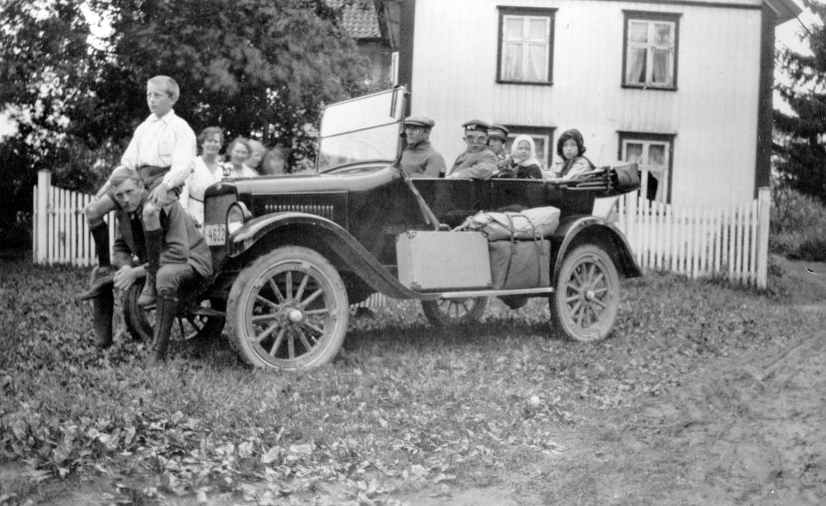 """Familien Melby samlet i sin """"Oldsmobil"""" klar til hjemreise."""