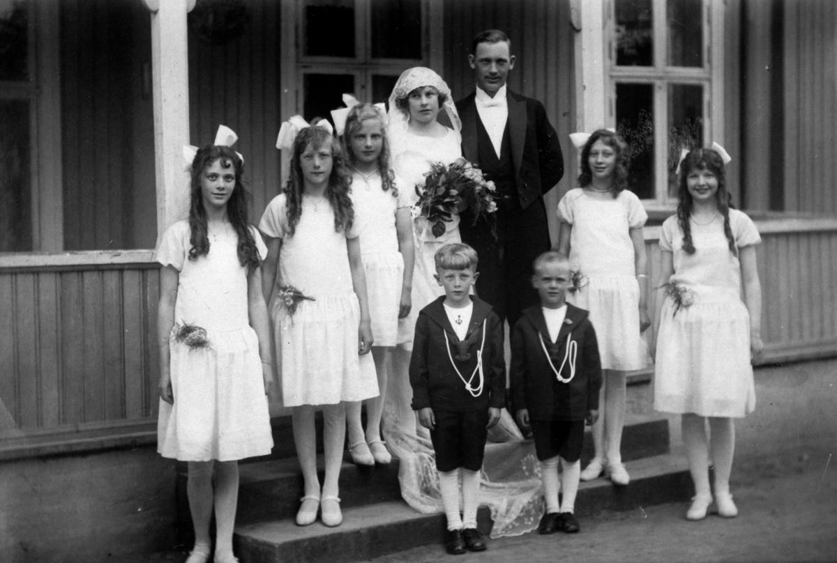 Gruppebilde brudepar med 5 brukdepiker og 2 brudesvenner på trappen til Køglerhuset..