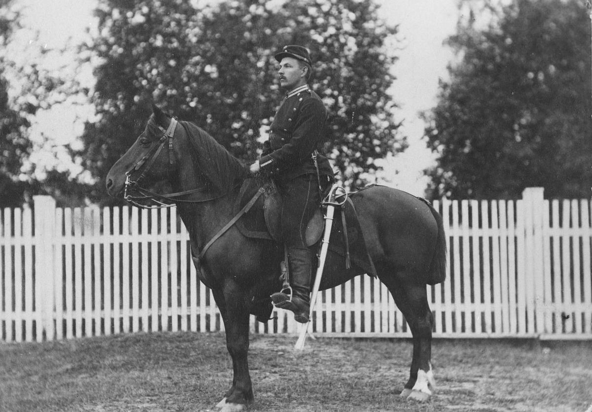 Kavalerist Bøhn på hest.