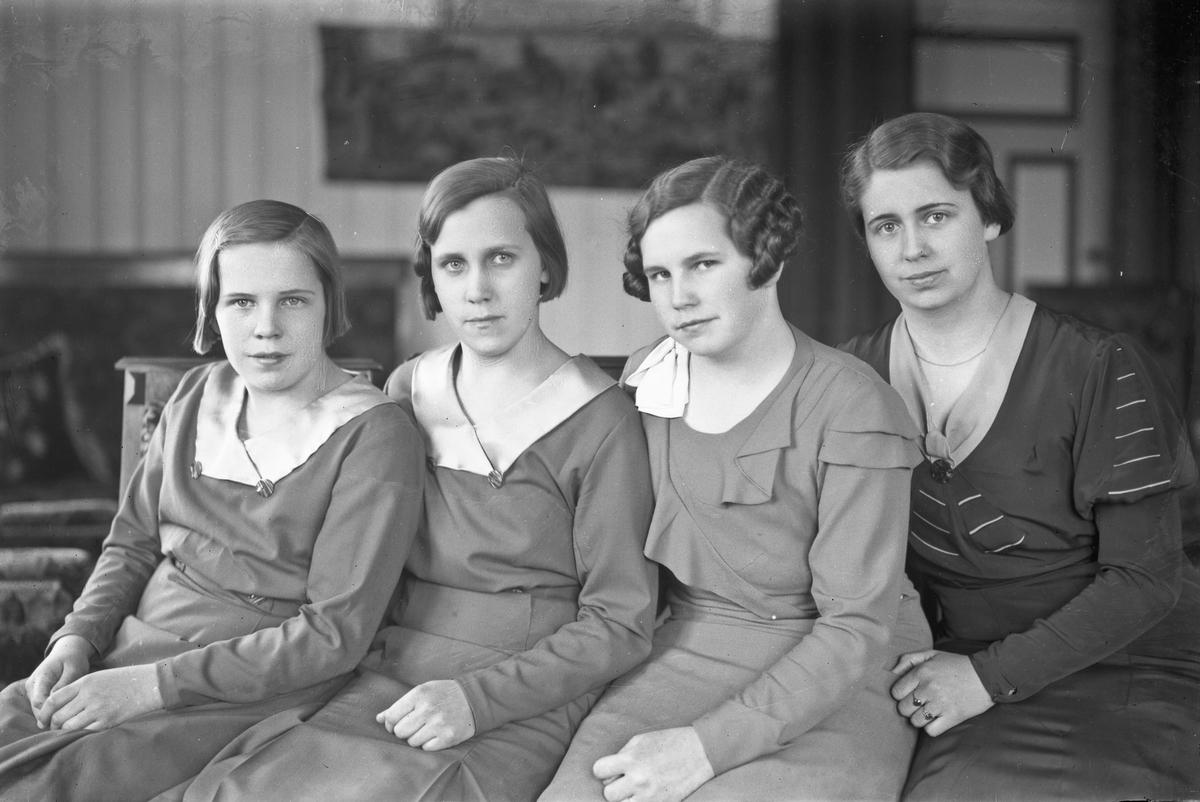Mor og 3 døtre.