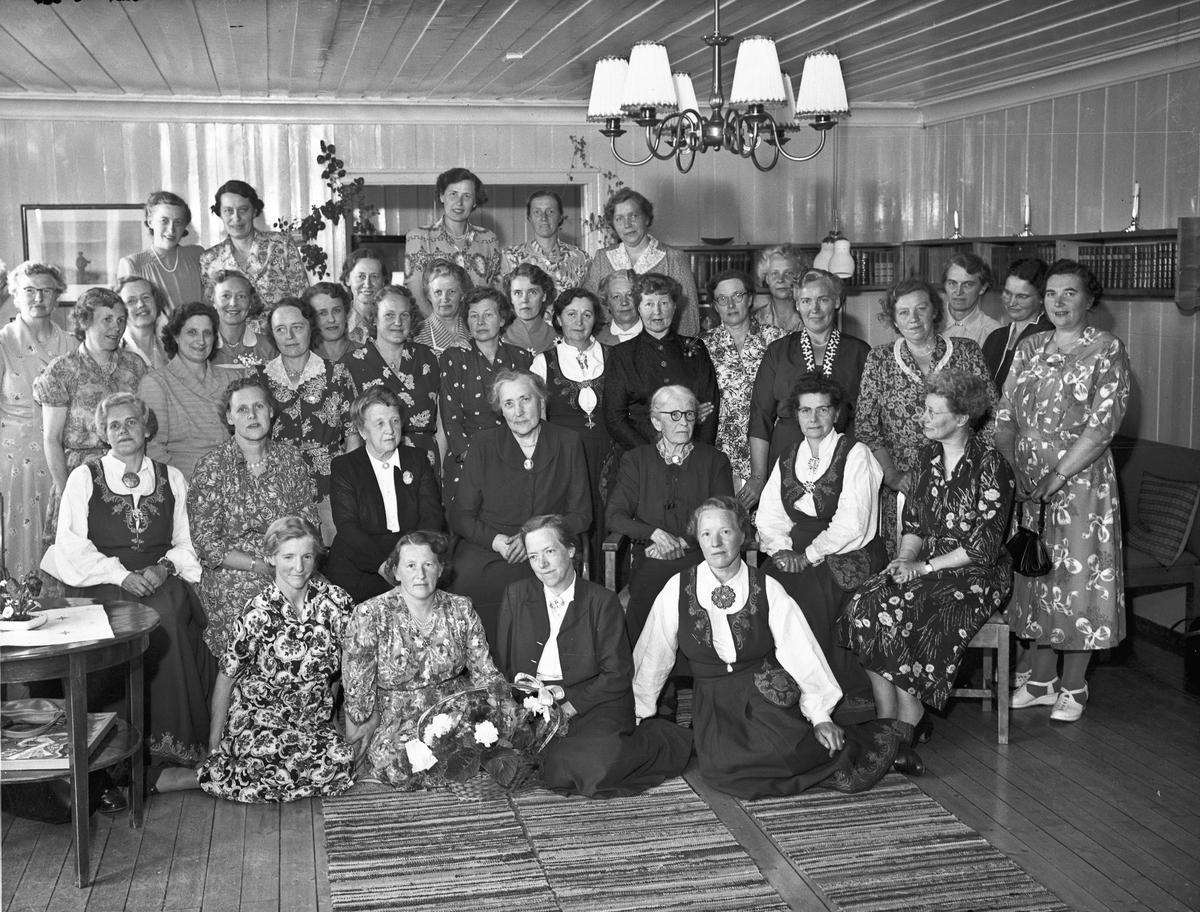 Husmorskolen. Jubileum. Helene Hval i midten foran.