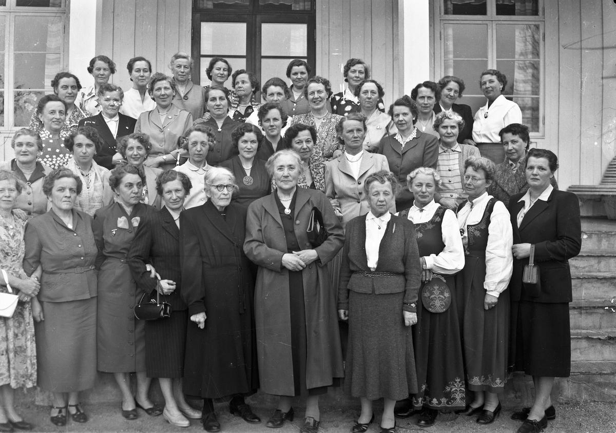 Stor gruppe kvinner. Helene Hval i midten foran. Kan være et jubileum på Akershus Fylkes Husmorskole.