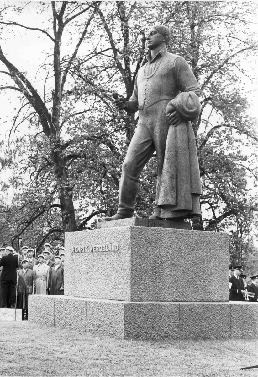 Besøk av Kong Olav. Den 13. juni 1962 ble statuen av Henrik Wergeland avduket på Eidsvoll Verk. Monumentet er laget av billedhoggeren Ottar Espeland.
