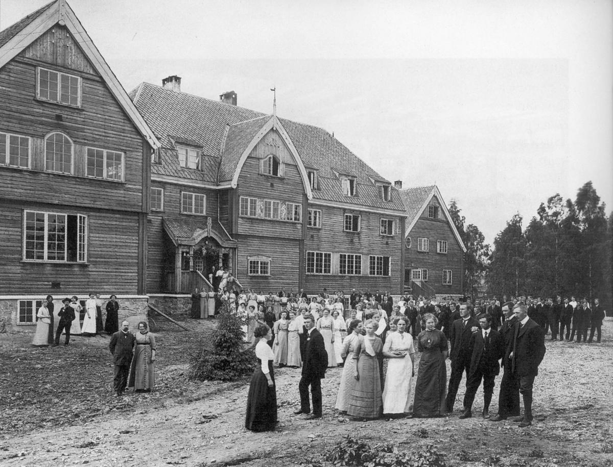 Eidsvoll Folkehøyskole 17. juni 1912, under et elevstevne på Wergelands fødselsdag. I forgrunnen til venstre står Jon Sørensen, skolens bestyrer, og kona Agnes Winding Sørensen. (Se også Flyen bd. 1 s. 452)