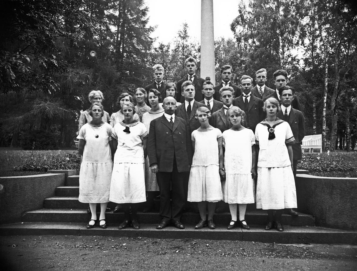 Blandet sangkor fra Hurdal. Ble stiftet av dr. C.A. Olsen. Han var også korets dirigent. Koret står foran bauta av Carsten Anker.