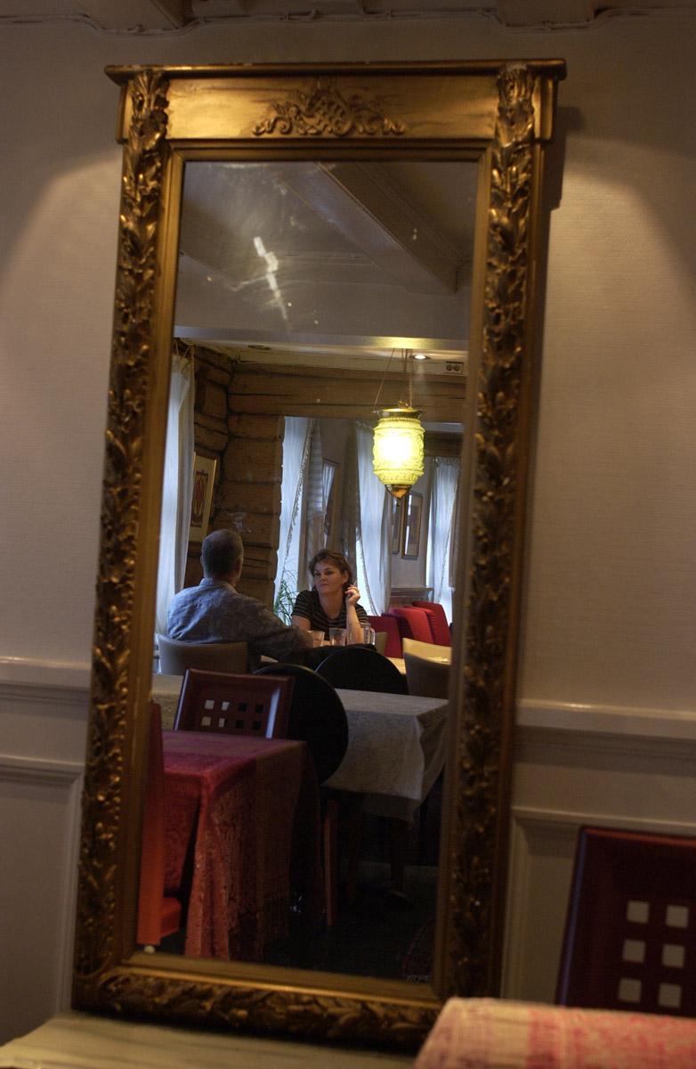 Speilbilde. Mann og kvinne med sigaretter ved et bord, Jungeltelegrafen, Drøbak.