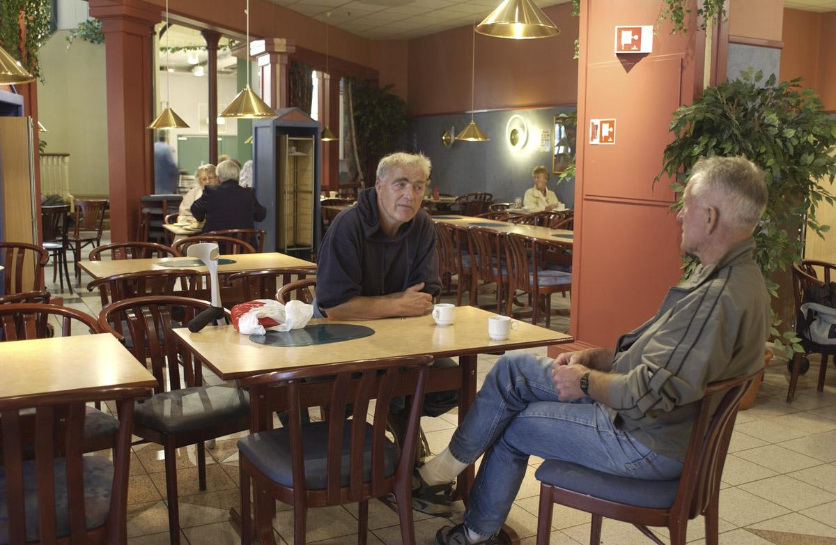 Etter demontering av røykerommet. To menn ved et bord. Vinterbro Storsenter, OBS! kafeteria 1. etg.