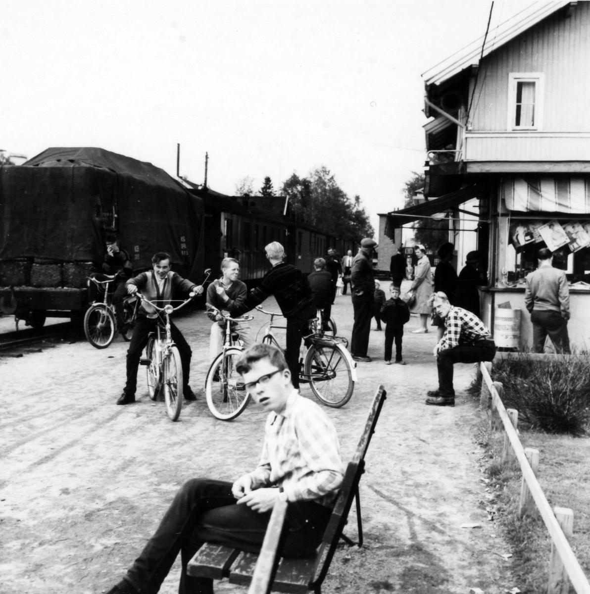 Lokalbefolkningen samlet seg på stasjonen ved togankomst på Bjørkelangen. Tog 2058 til Sørumsand