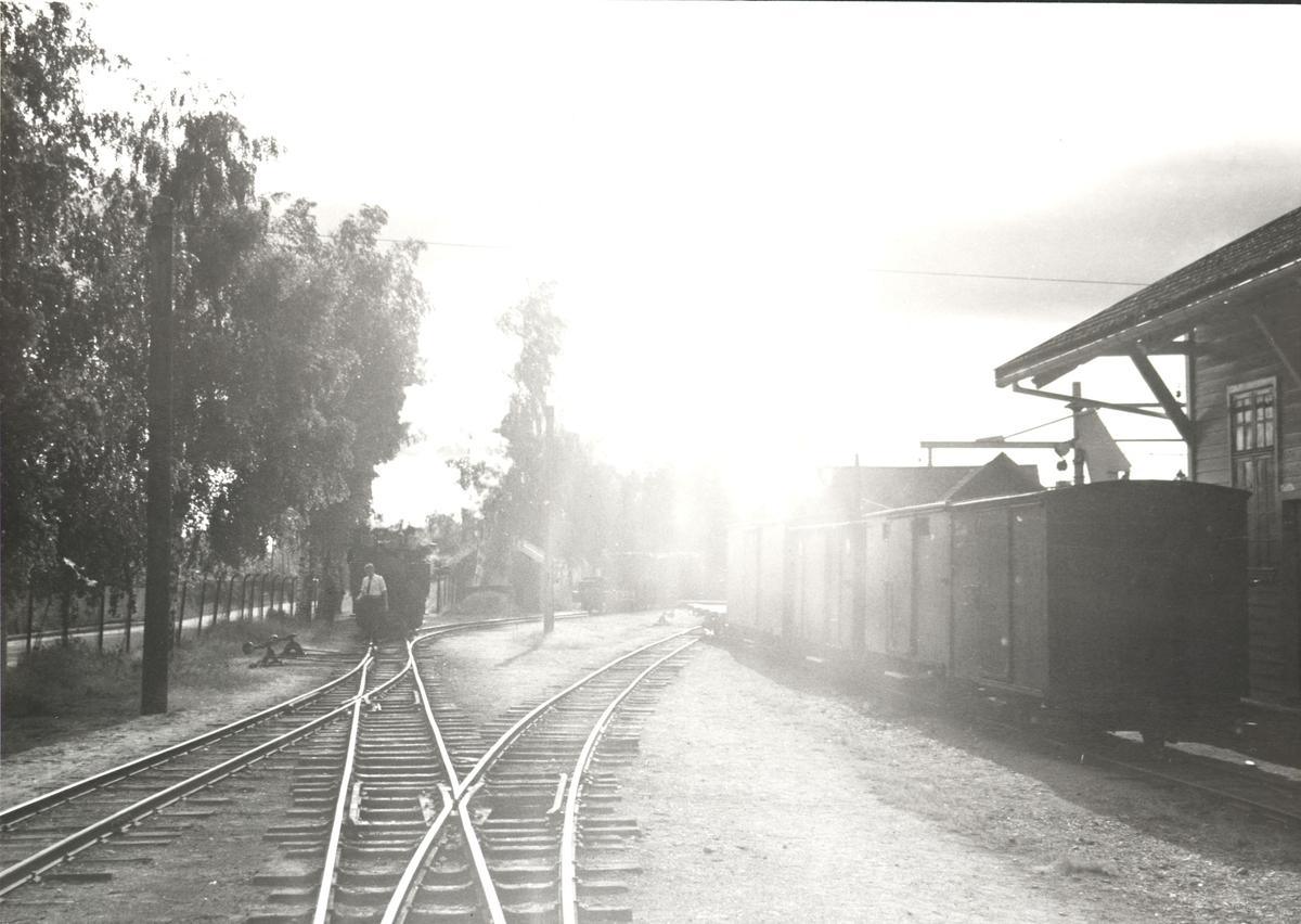 Skifting i morgensol ved godshuset på Sørumsand stasjon.