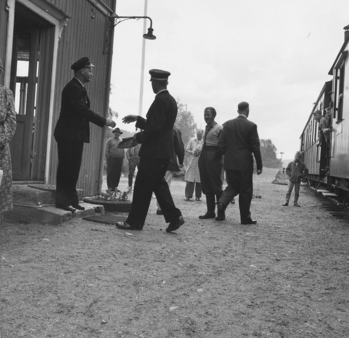 Ekspeditør Kristian Slorbak på Skulerud stasjon og overkonduktør Håkon Kjelsrud. Det er avgangstid for siste ordinære tog til Sørumsand.