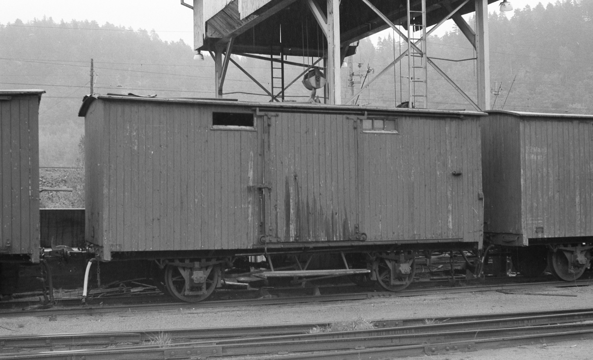 Lukkede godsvogner ved portakranen på Grovane
