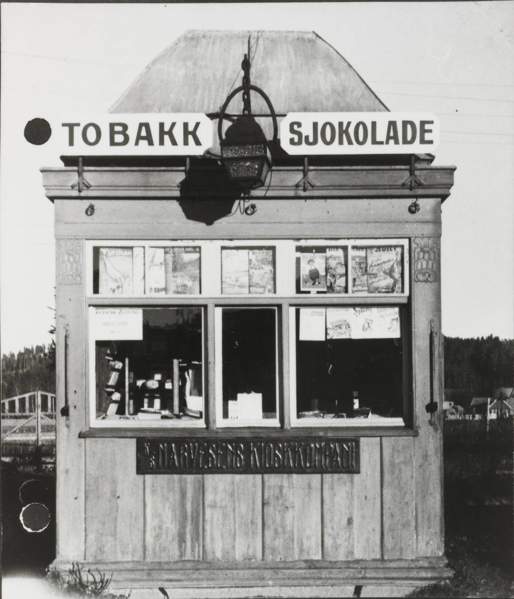 Kiosken på Bjørkelangen stasjon. Reklame for Deutsche Zeitung i vinduet.