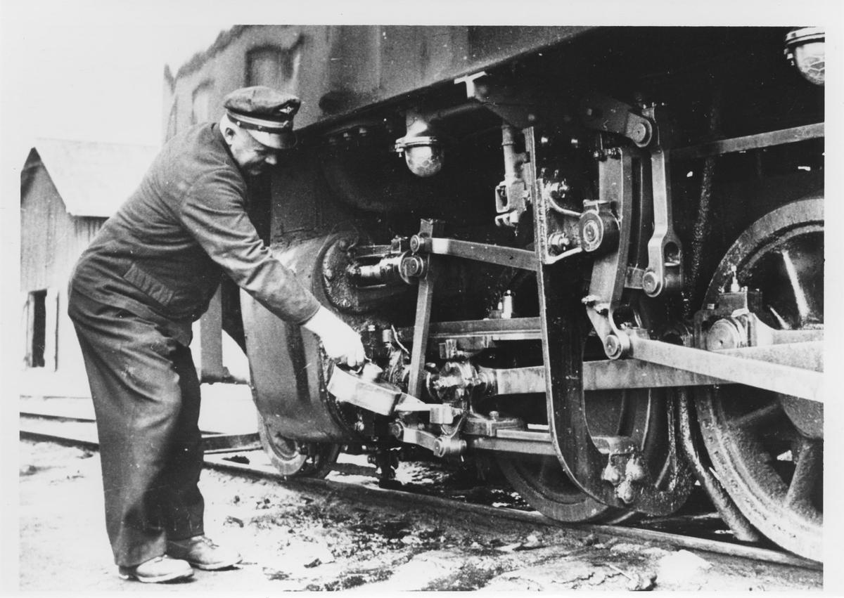 Lokfører Syprian Aarstad smører lok 7 Prydz.