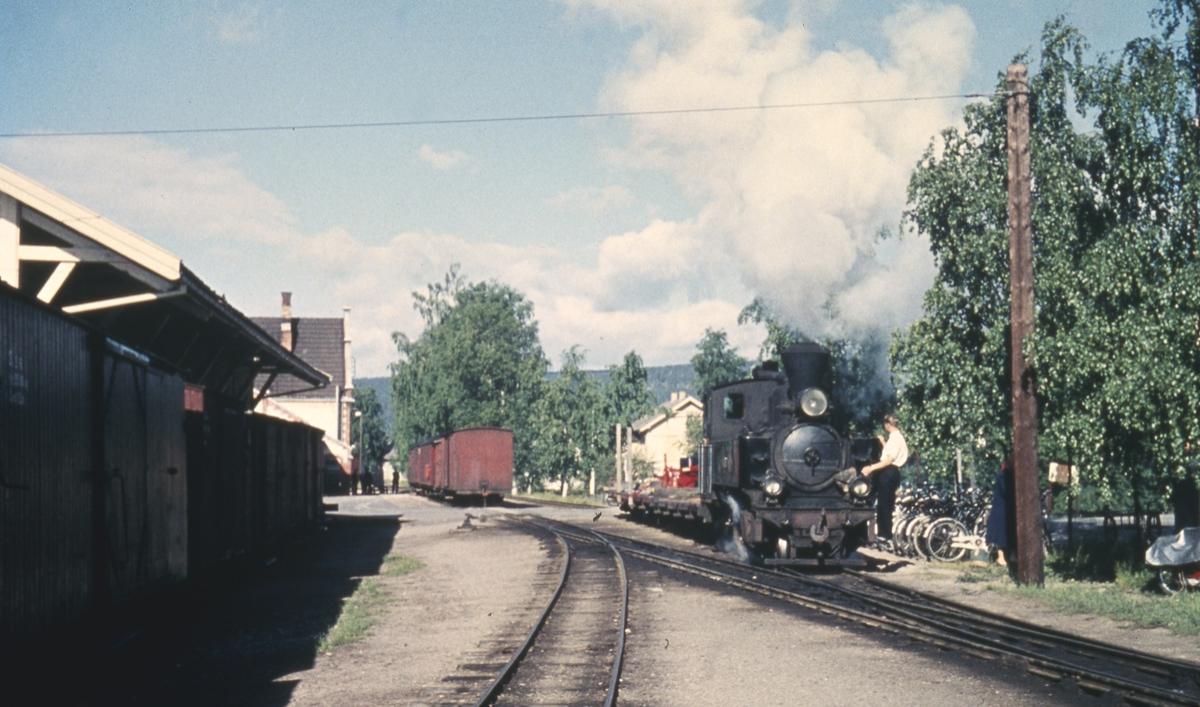 Sammenskifting av tog 2051 til Skulerud før avgang fra Sørumsand stasjon.