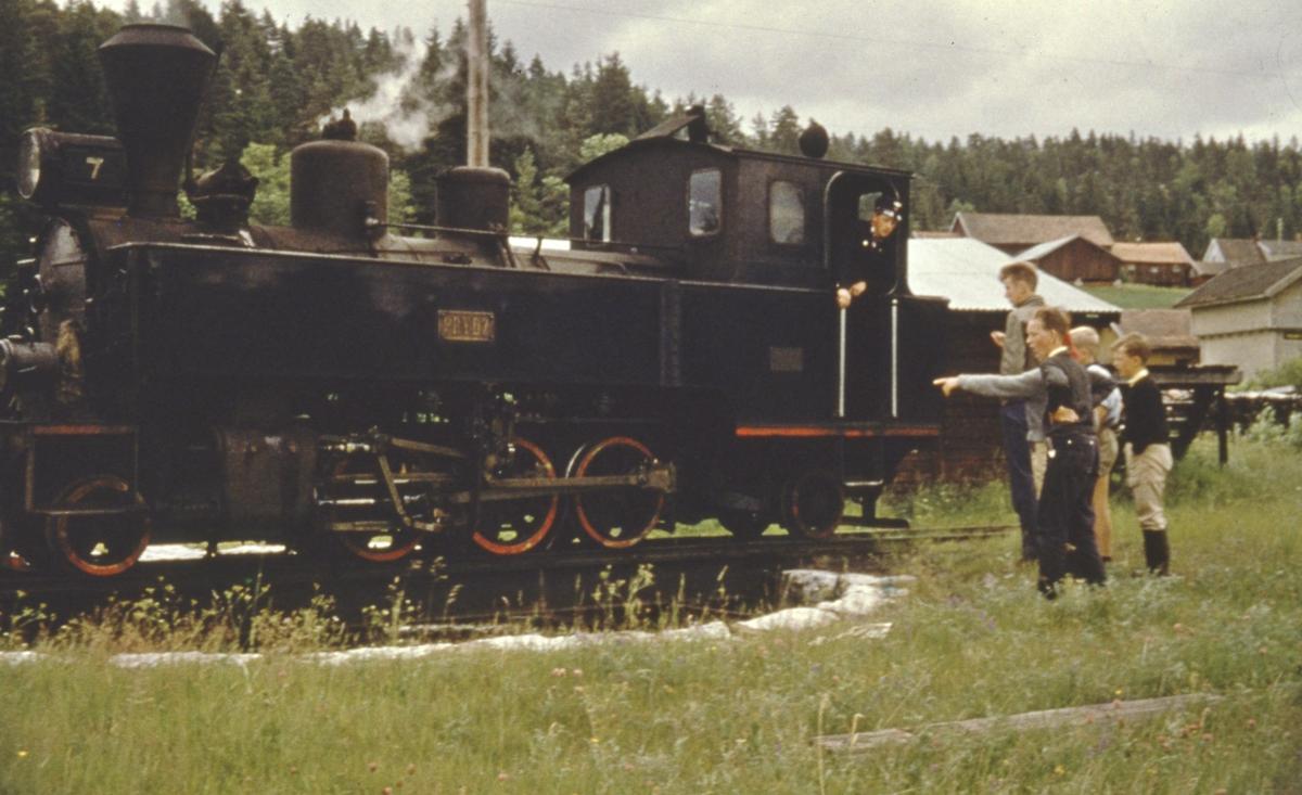 Lok 7 Prydz er snudd på svingskiven på Skulerud siste ordinære driftsdag.