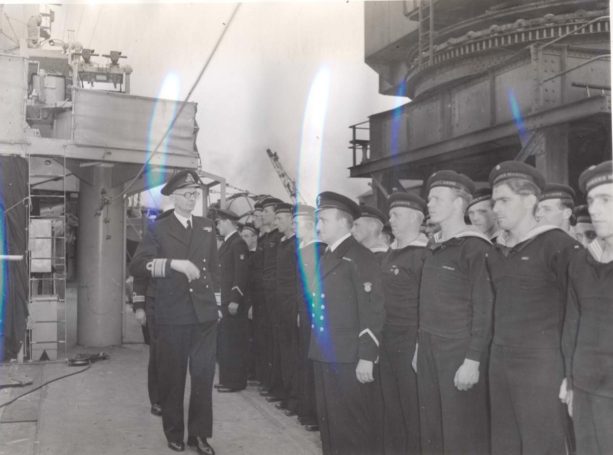 """Jageren """"Stord"""" blir overtatt av Den Norske Marine, 26.august 1943. Kontreadm. E. Corneliussen inspiserer besetningen."""