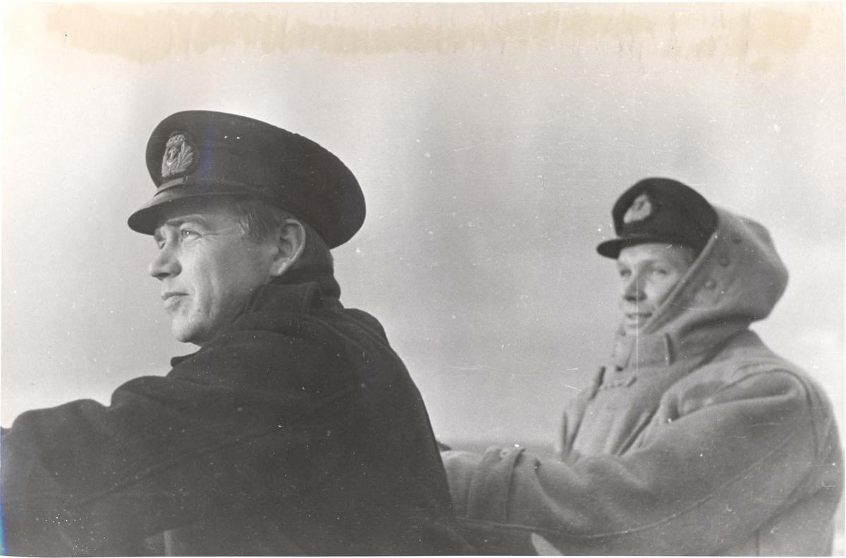Enkeltbilde. Jageren Stord i konvoy til Murmansk. Skipssjefen kapt.ltn  Storhell til venstre, NK ltn. T. Holte til høyre