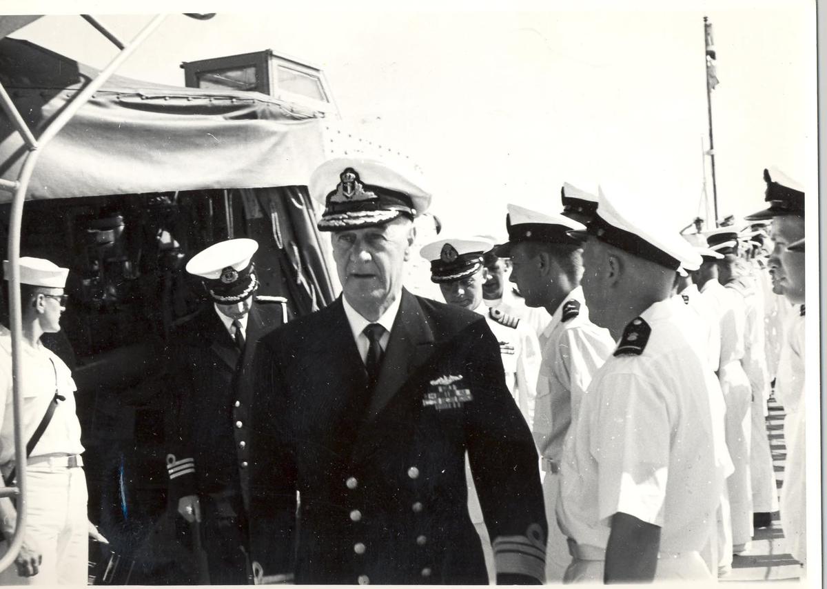 Enkeltbilde. C-kl jager, KNM Bergens tokt til Key West i 1962. admiralen inspiserer besetningen på fartøyet.