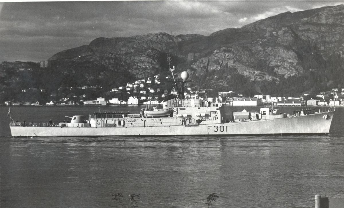 """Oslo-kl. fregatt KNM """"Bergen"""". Første besøk i hjembyen, 22 09.1967. .  St.bord bredside."""