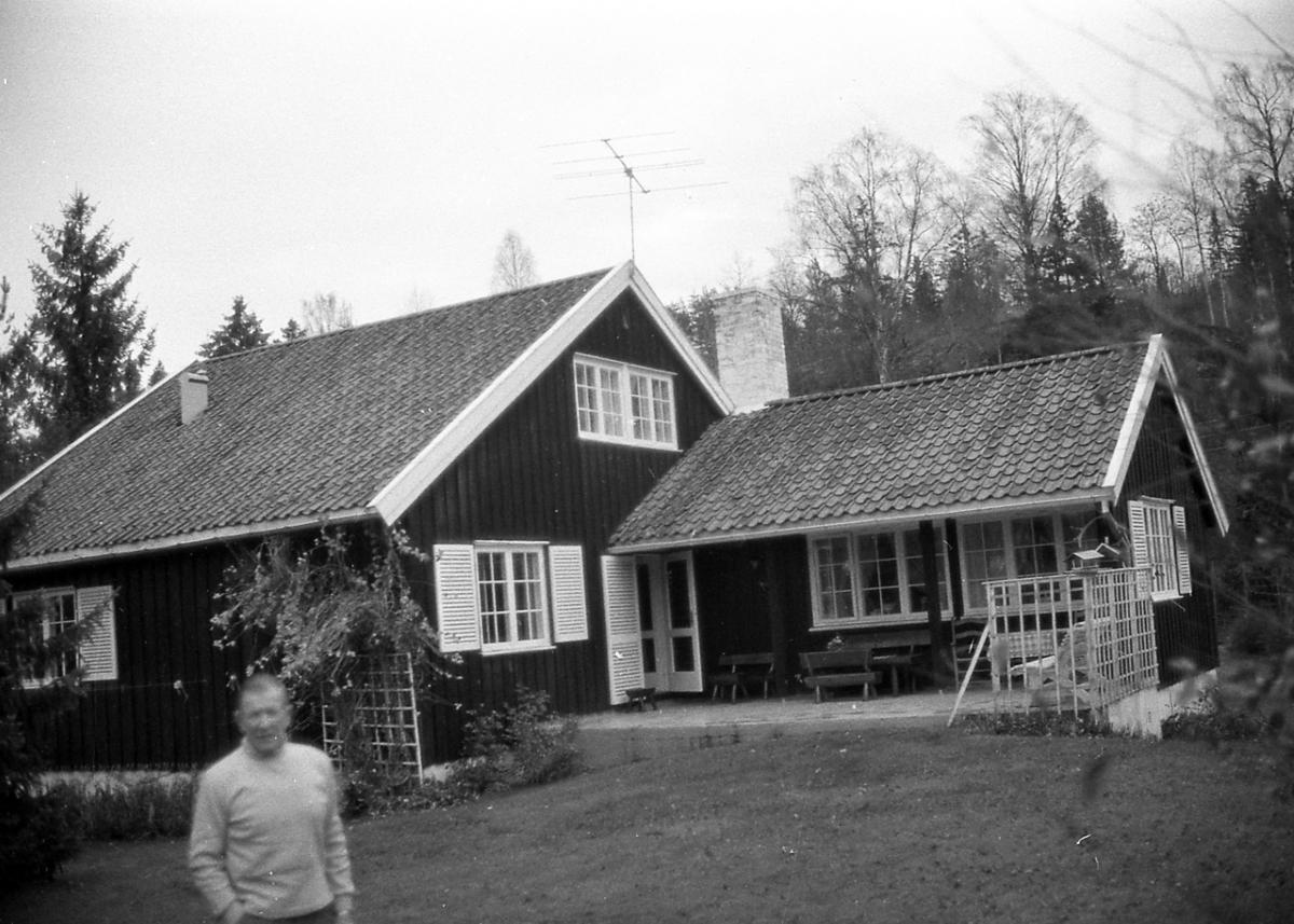 Birger Ruud ved sitt hus